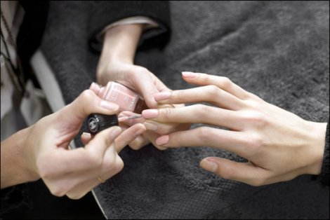 3ebbbc033a1edc14_Chanel_Spring_Summer_2013_Haute_Couture_backstage_makeup_1_.preview